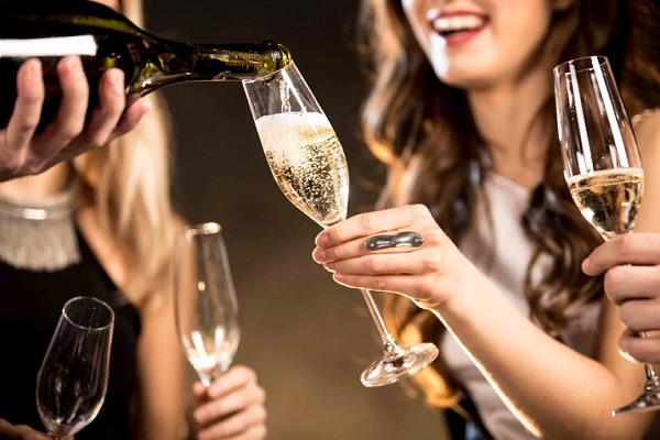 К чему во сне пить шампанское
