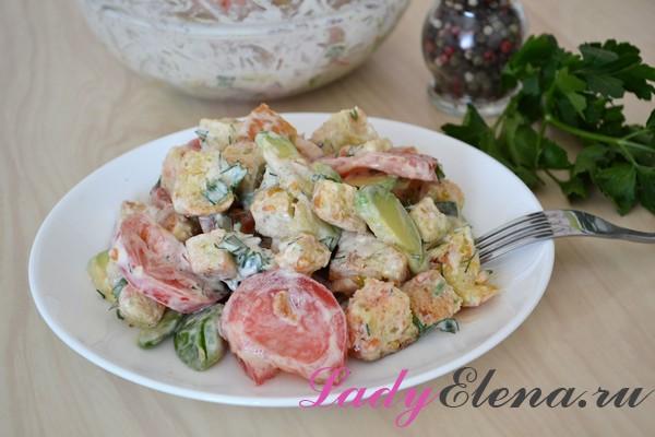Салат с авокадо, помидорами и сухариками