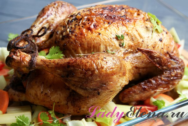 Целая курица на овощной подушке