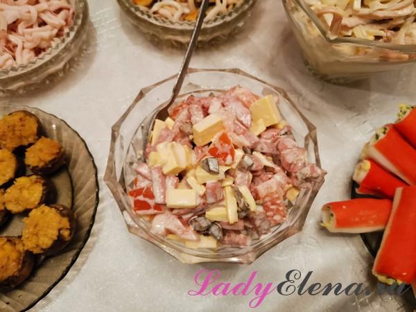 Салат из колбасы и грибов