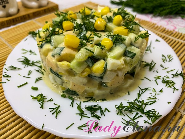 Салат со свежими огурцами и консервированной кукурузой
