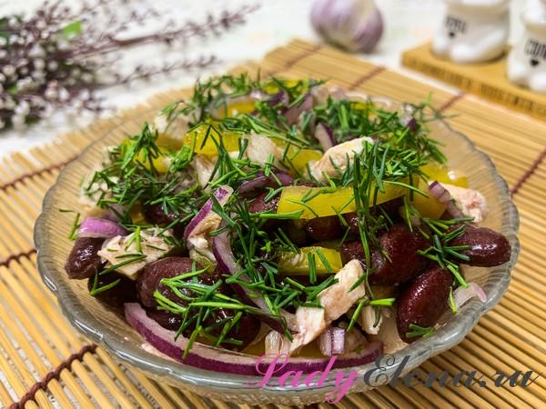 Салат из курицы, фасоли и болгарского перца
