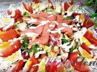 Салат со слабосоленой семгой: фото-рецепт яркой и полезной закуски